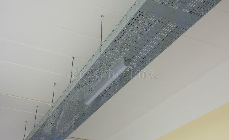 Prise de lampe au néon (ou lampe fluorescente) sur les rails en aluminium photo stock