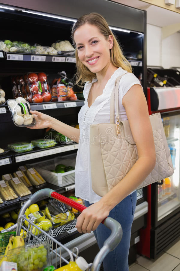 Download Prise De Sourire De Femme Légumes Dans Le Bas-côté Image stock - Image du supermarché, loisirs: 56489309