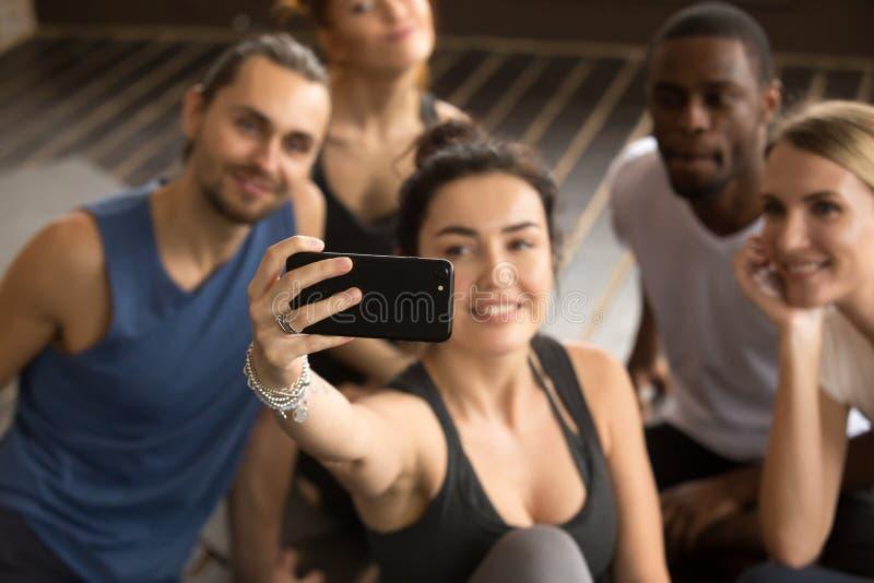 Prise du selfie sur le concept de smartphone, femme sportive faisant le groupe s photographie stock libre de droits
