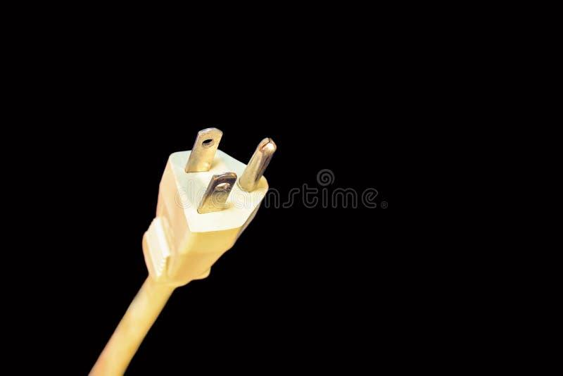 Prise et corde électriques blanches sur le fond noir image libre de droits