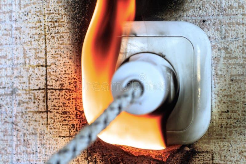 prise sur le feu il est vrai la fonte en plastique se produit prise insérée A oublié d'arrêter le fer image stock