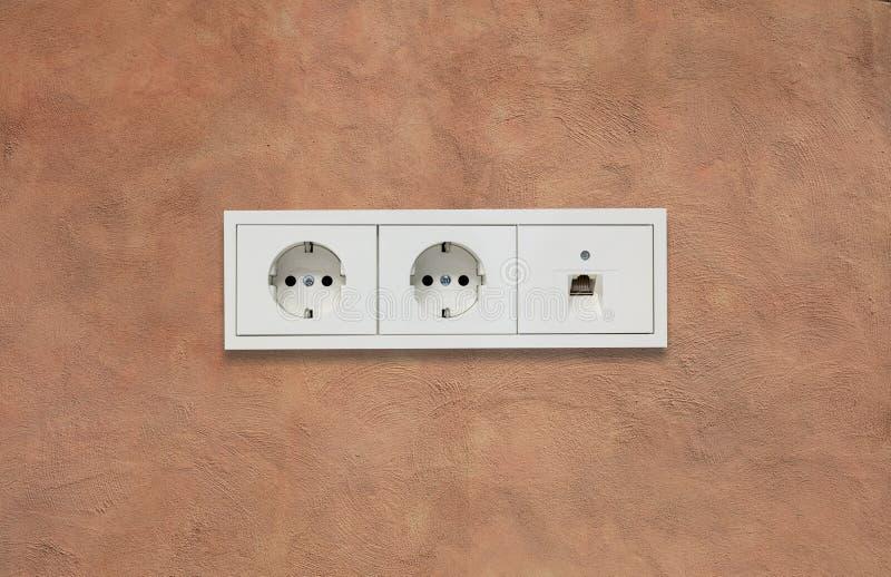 Prises électriques et ligne de réseau Fond brun clair Fermez-vous vers le haut de la vue avec des détails photo stock