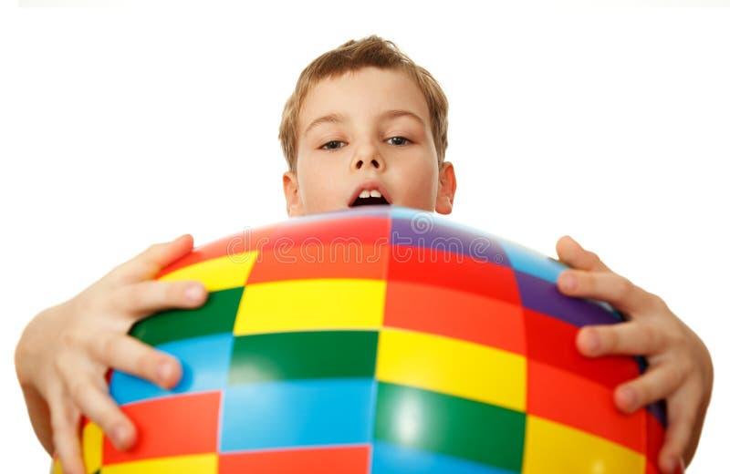 Prises de garçon avant lui-même grande bille gonflable image stock
