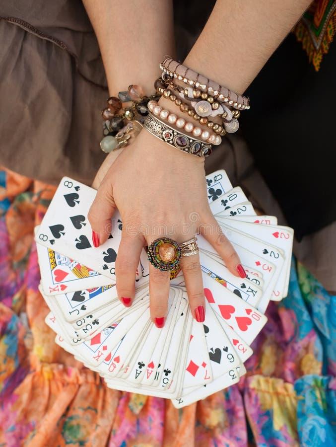 Prises de gitan jouant des cartes réceptrices photos libres de droits