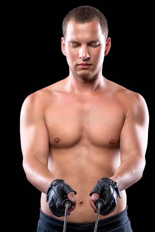 Prises musculeuses focalisées une corde dans des ses mains photos libres de droits