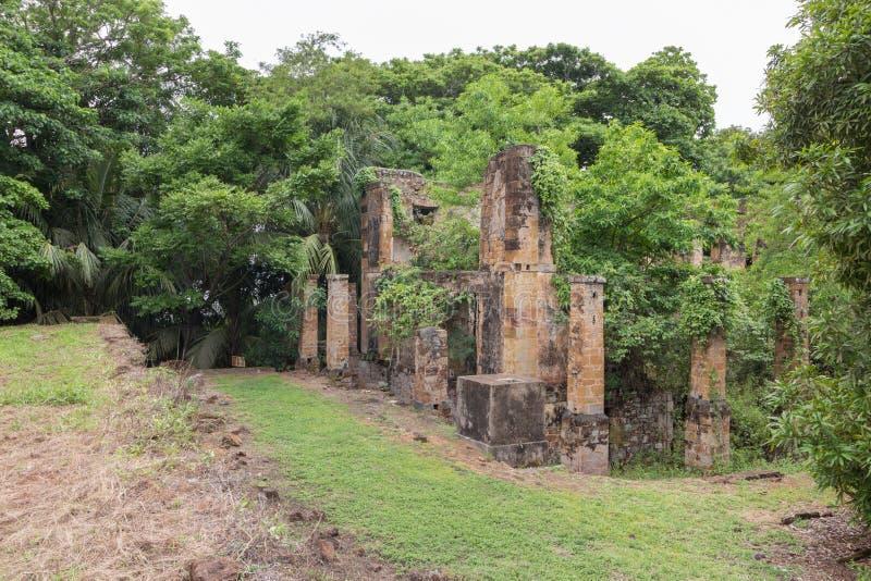 Prisión abandonada en Salvation& x27; islas de s, la Guayana Francesa imagenes de archivo