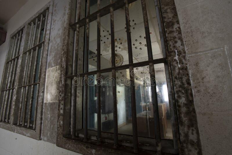 Prisión abandonada interior del sitio del guardia imagenes de archivo