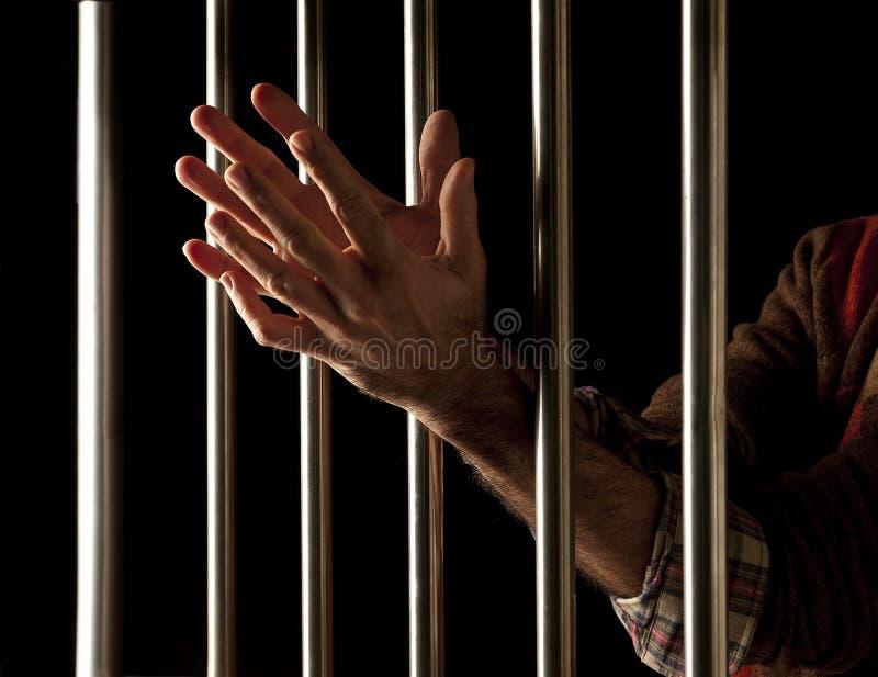 Prisioneiro atrás das barras foto de stock