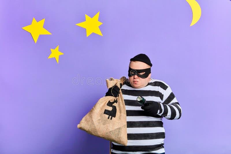 Prisioneiro cuidadoso com um saco que tenta esconder da polícia imagens de stock royalty free