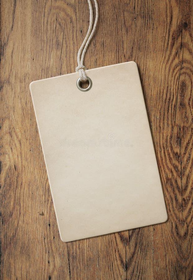 Prislapp eller etikett på gammal trätabellbakgrund fotografering för bildbyråer