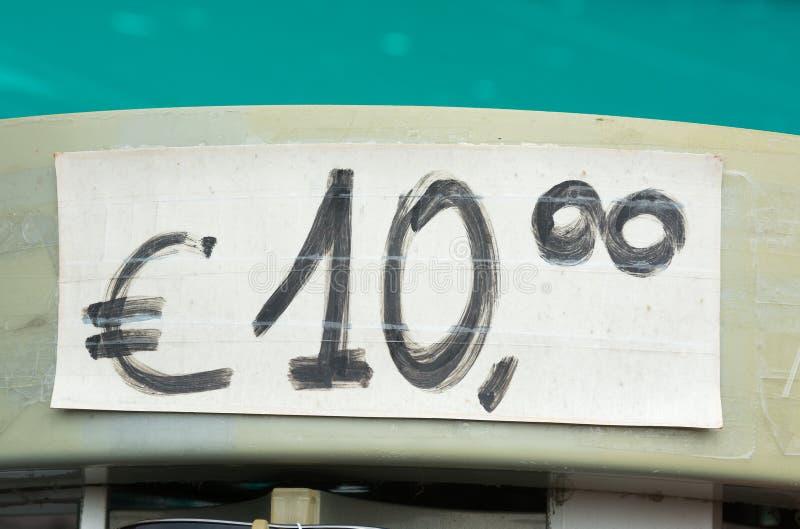Prislapp för euro som tio är skriftlig i svart färgpulver fotografering för bildbyråer