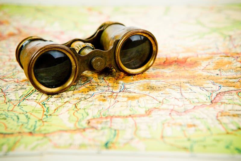 Prism?ticos de cobre amarillo del vintage en mapa viejo fotografía de archivo libre de regalías