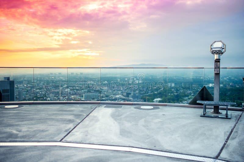 Prismáticos de mano o telescopio encima del rascacielos fotos de archivo libres de regalías