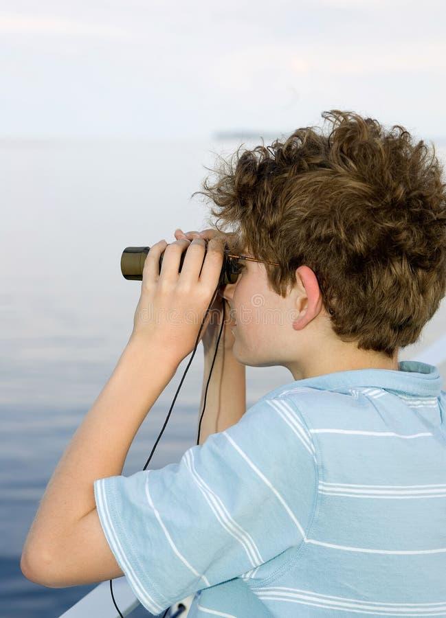 Prismáticos del muchacho foto de archivo