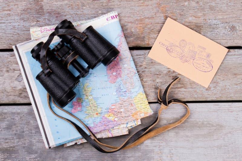 Prismáticos sobre correo del mapa y de los posts con los sellos fotografía de archivo libre de regalías
