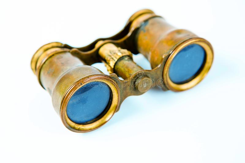 Prism?ticos de cobre amarillo del vintage en el fondo blanco fotos de archivo
