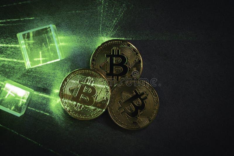 prisma's en bitcoins met groene lasergloed stock fotografie