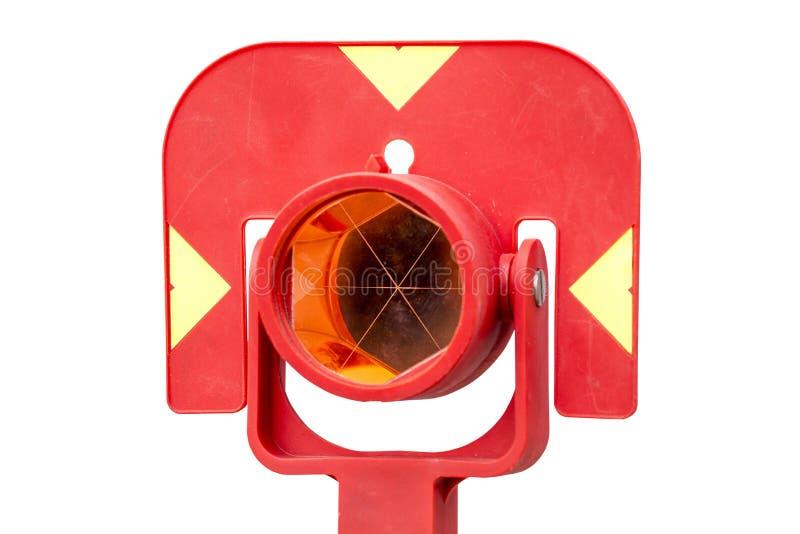 Prisma vermelho do teodolito isolado no branco imagens de stock