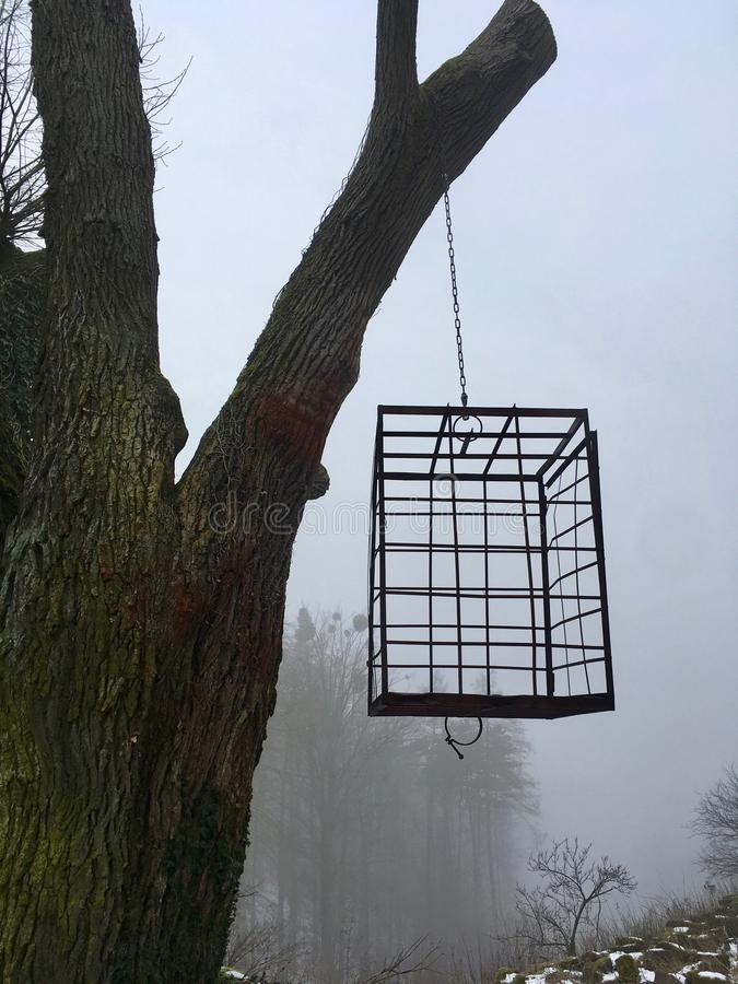 Prison accrochante de cage de torture sur un arbre, tradition allemande dans un endroit effrayant photos libres de droits