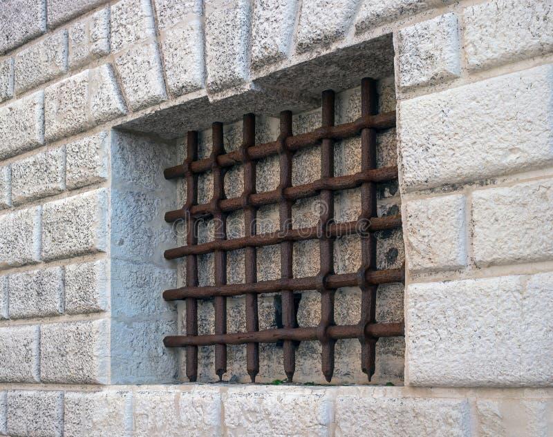 Prison du Palazzo Ducale à Venise Barres de fer sur la fenêtre de la vieille prison Bars rouillés de prison image libre de droits