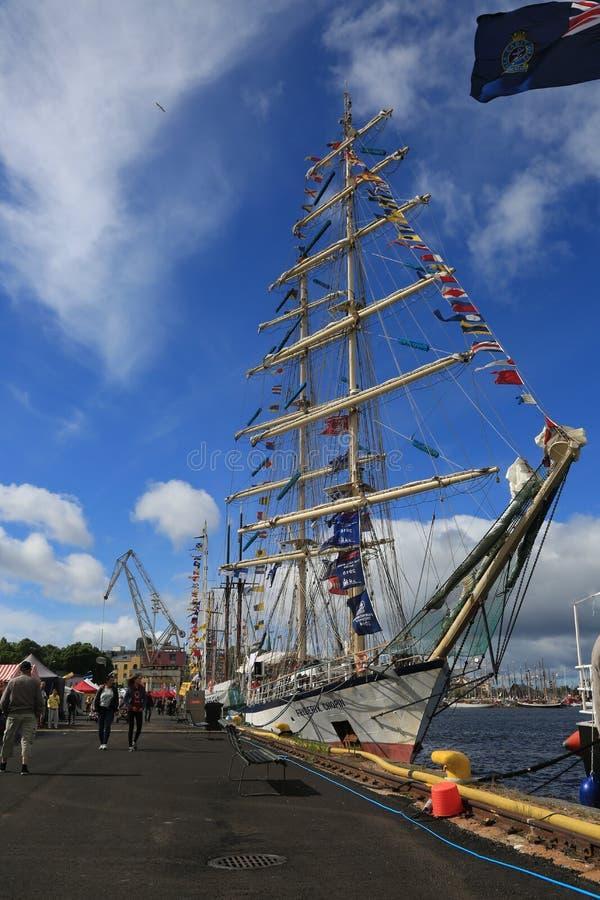Prison polonaise Fryderyk Chopin Vue générale du bateau près du quai dans la perspective d'un ciel bleu avec les nuages blancs photos stock