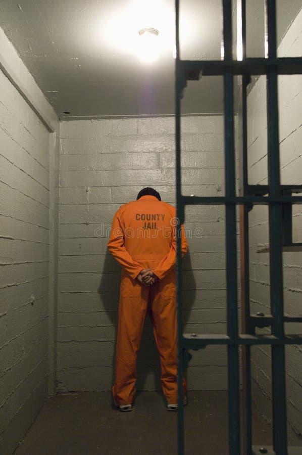 Prisonnier en cellule de prison photo stock