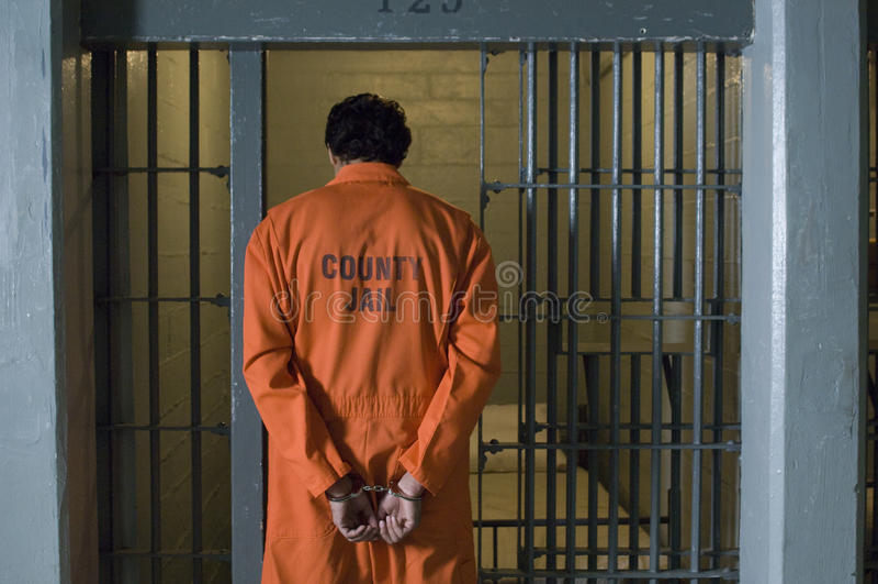 Prisonnier menotté en prison photo stock