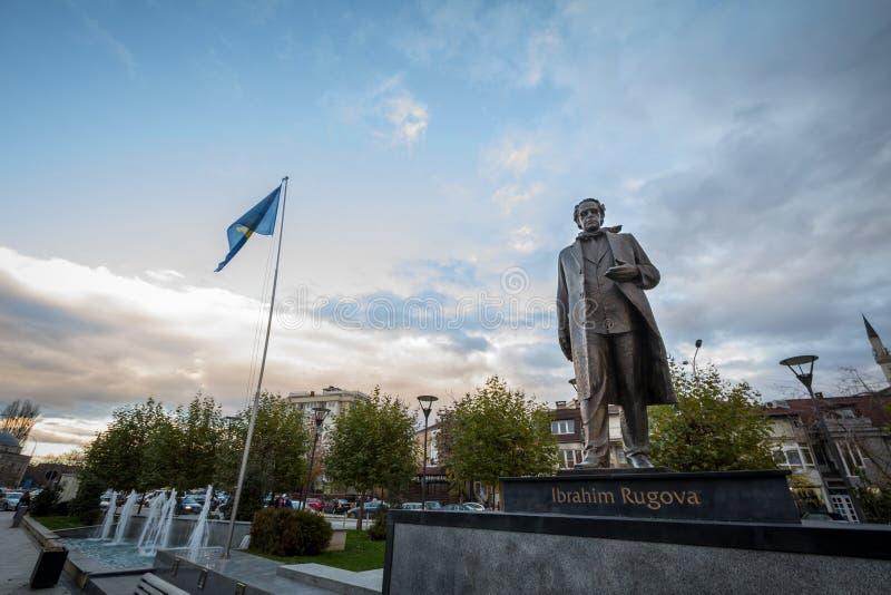 PRISTINA, KOSOVO - NOVEMBER 11, 2016: Standbeeld gewijd aan Ibrahim Rugova, eerste president van de Republiek Kosovo royalty-vrije stock afbeeldingen