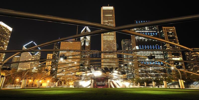 Pritzker Pavillion och Chicago horisont arkivbild