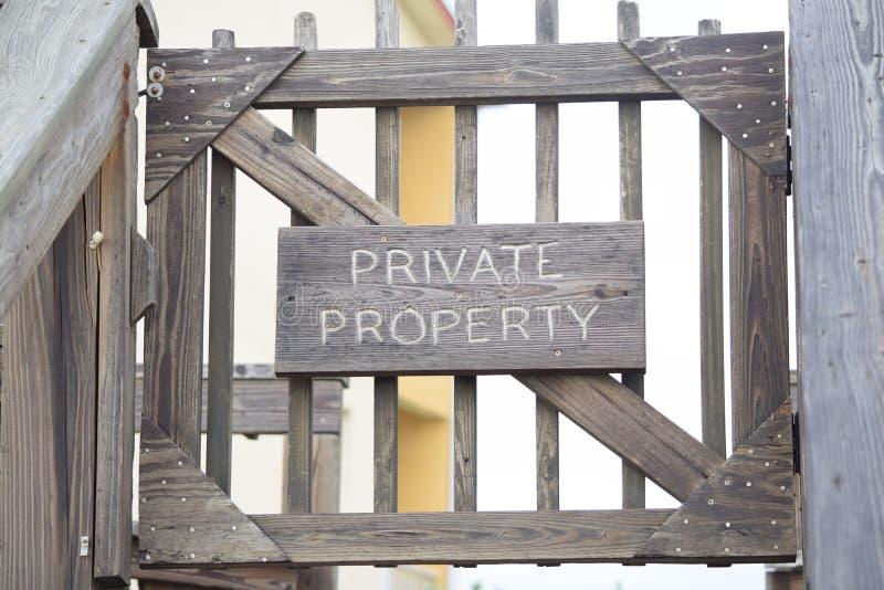 Privé-bezitingang Met poorten royalty-vrije stock afbeeldingen