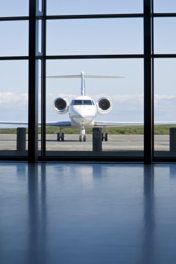 Download Privé Collectieve Straal Bij Een Terminal Van De Luchthaven Stock Foto - Afbeelding bestaande uit collectief, vliegtuig: 10776166