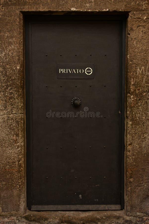 Privé Deur in Rome, Italië stock afbeeldingen