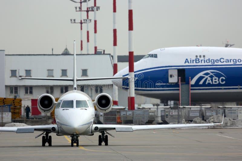 Privé die Gulfstream G200 lx-GRS bij Sheremetyevo internationale luchthaven wordt voorgesteld stock foto