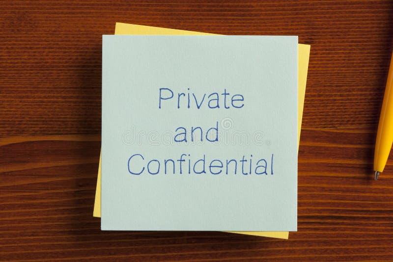 Privé en Vertrouwelijk geschreven op een nota stock foto