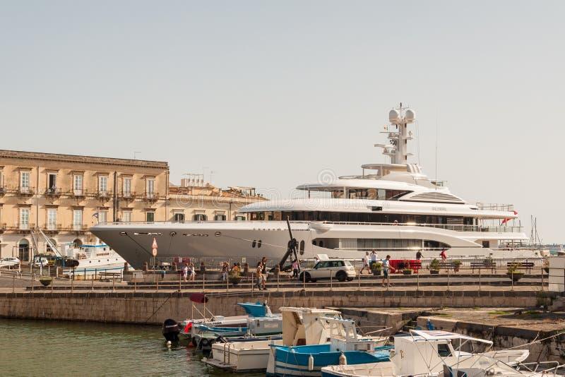 Privé jacht in stad van Syracuse, Sicilië royalty-vrije stock foto's