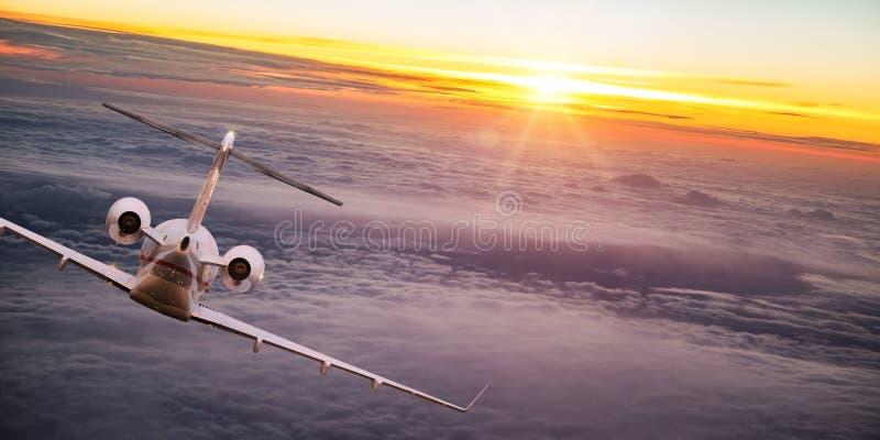Privé jet die boven dramatische wolken vliegen stock foto