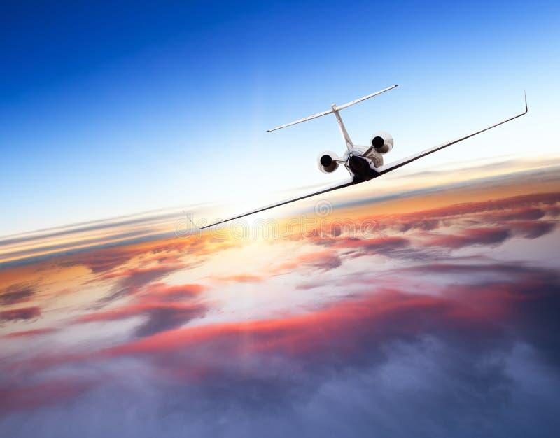 Privé jet die boven wolken vliegen royalty-vrije stock afbeelding