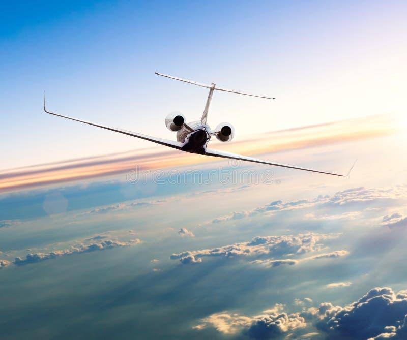 Privé jet die boven wolken vliegen royalty-vrije stock afbeeldingen