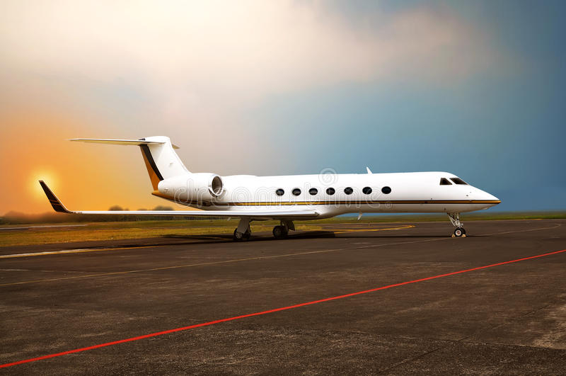 Privé jetparkeren bij de luchthaven royalty-vrije stock afbeeldingen