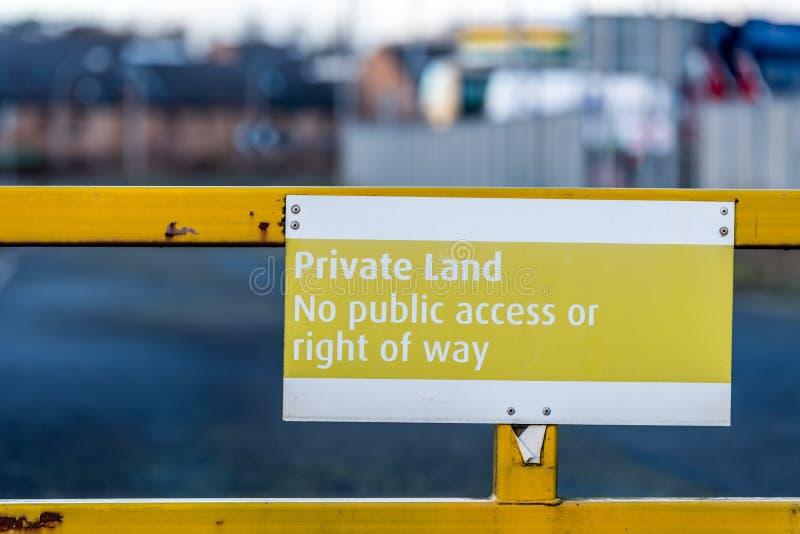 Privé land geen openbaar toegang of recht van overpad geel teken op ingangspoort stock foto