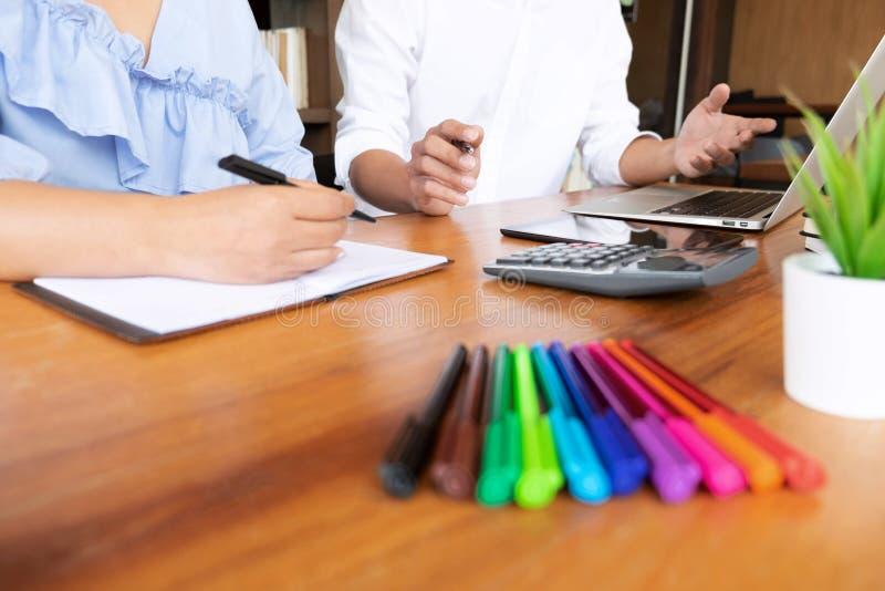Privé-leraar, het leren, onderwijs, Groep jongeren die bestuderend les in bibliotheek tijdens het helpen van het onderwijs van de royalty-vrije stock afbeeldingen
