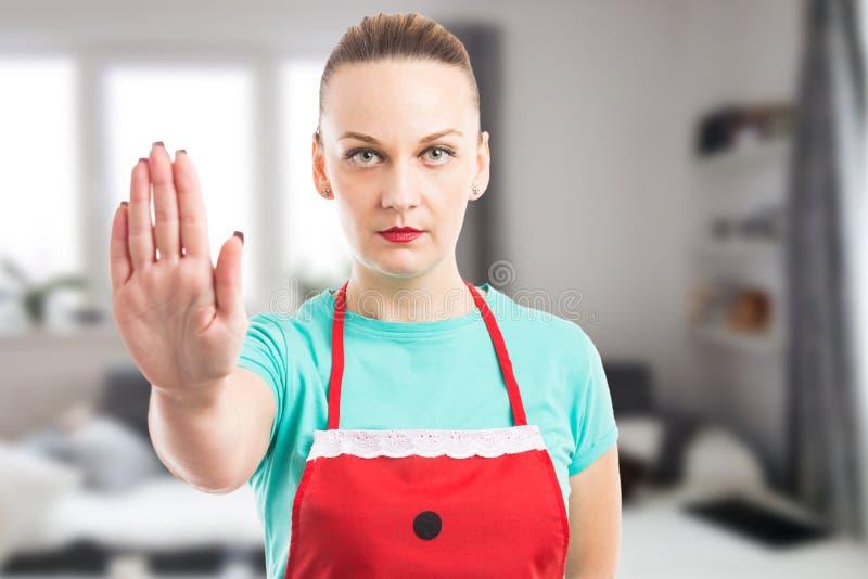 Privé meisje of huishoudster die het gebaar van het eindeverblijf tonen stock fotografie