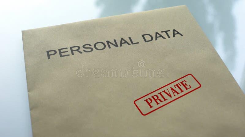 privé persoonsgegevens, gestempelde verbinding over omslag met belangrijke documenten stock afbeeldingen