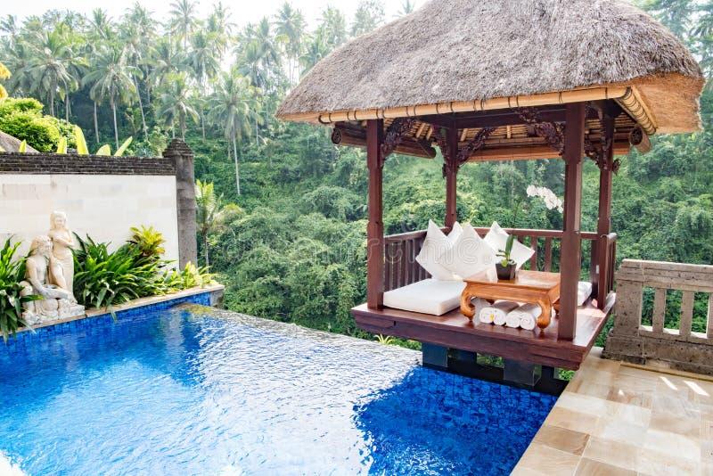 Privé pool in Balinese Toevluchtonderkoning, Ubud, Bali, Hotel op de rand van regenwoud in Ubud stock foto's