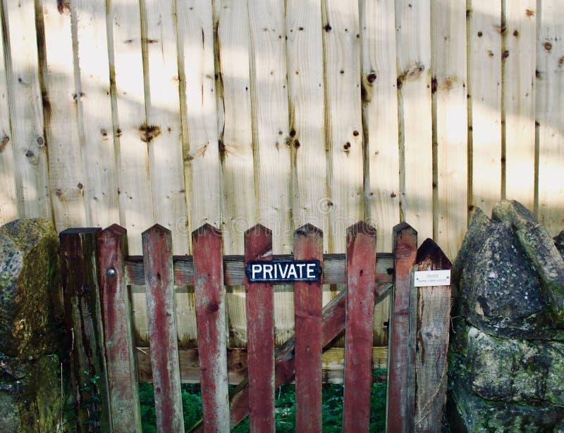 Privé poort stock afbeelding