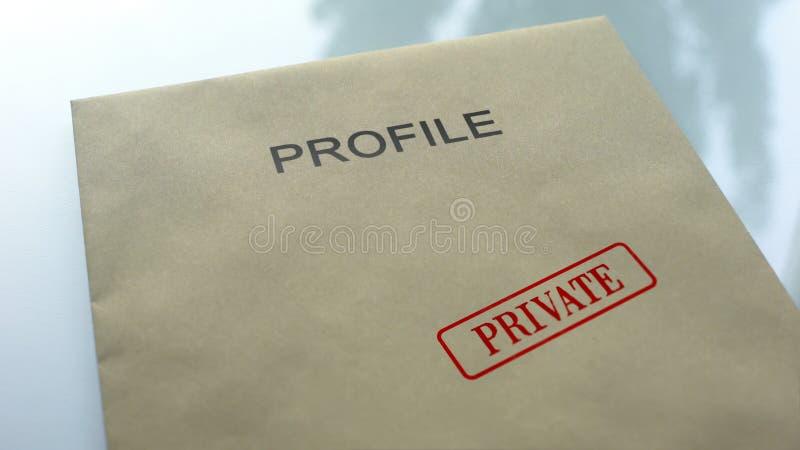 Privé profiel, verbinding op omslag met belangrijke documenten dat, dichte omhooggaand wordt gestempeld stock afbeeldingen