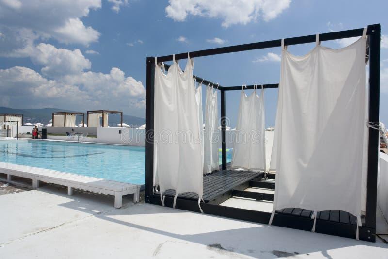 Privé tent naast pool stock foto's