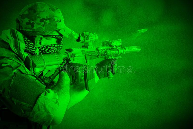 Privött Militär Företag operatör med anfallgeväret Sikt till och med nattvision royaltyfria bilder