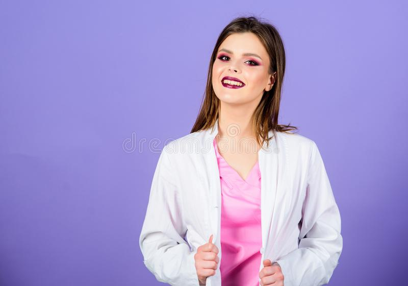Priv? kliniek Vrouw mooie witte eenvormig van de artsenslijtage Het concept van de geneeskunde Het gezicht van de meisjesmake-up  royalty-vrije stock afbeelding