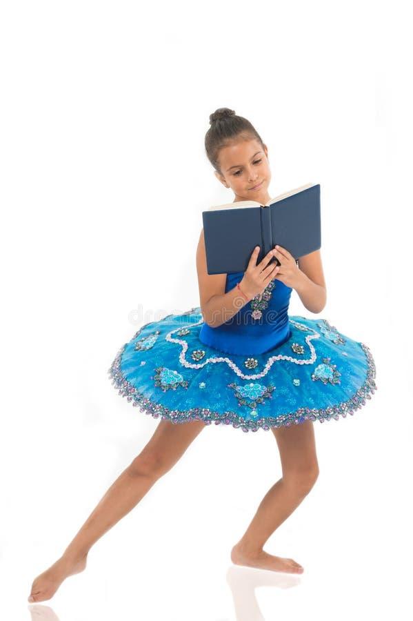Privación de la bailarina de los niños La mayor parte del bailarín del niño del tiempo pasa en el entrenamiento del gimnasio y el fotos de archivo libres de regalías